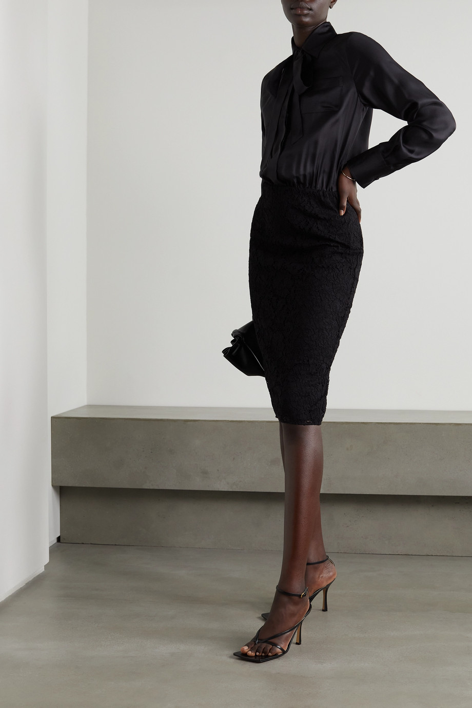 Valentino Kleid aus Seidensatin und schnurgebundener Spitze mit Schluppe