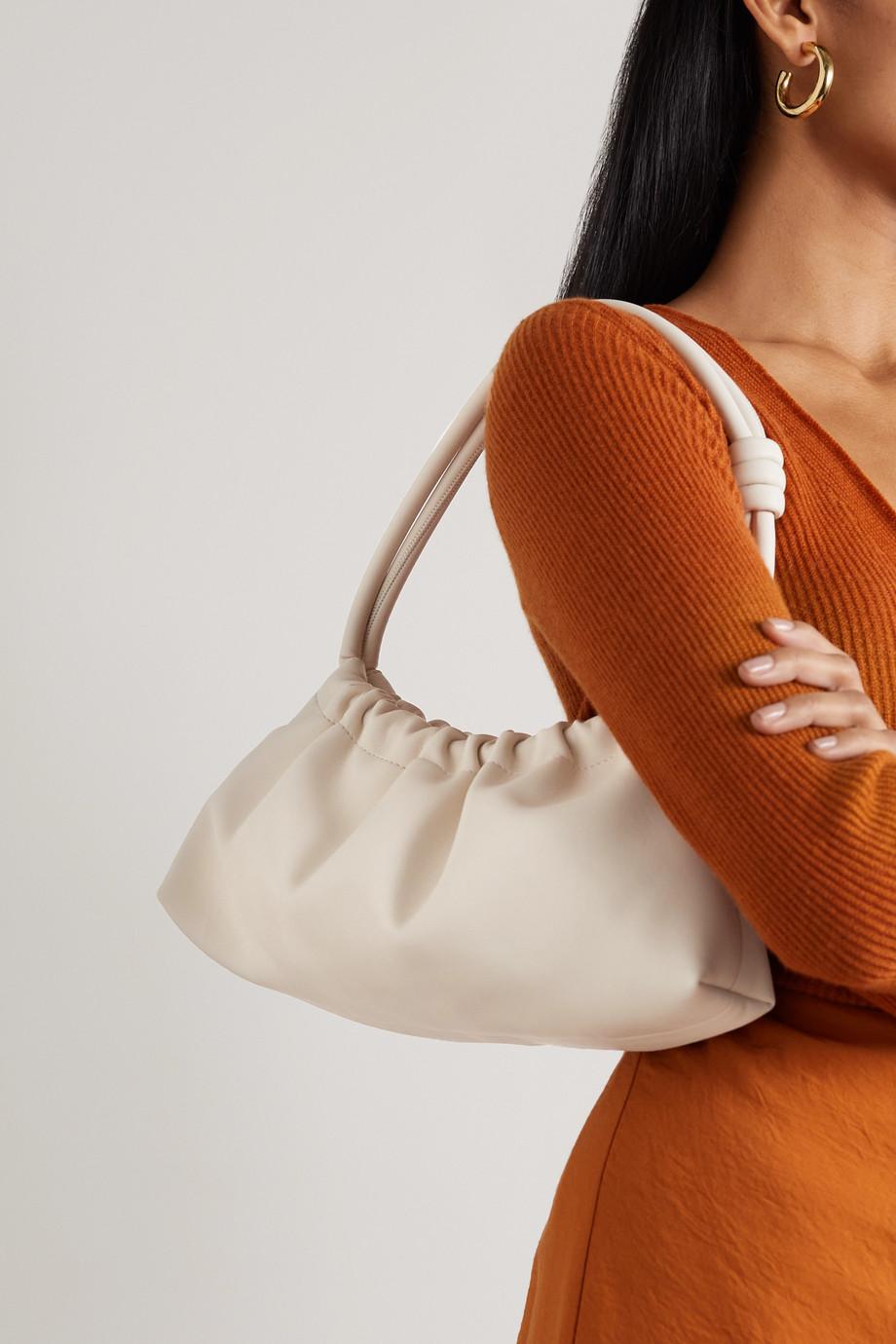 Nanushka Valerie Schultertasche aus veganem Leder mit Raffungen