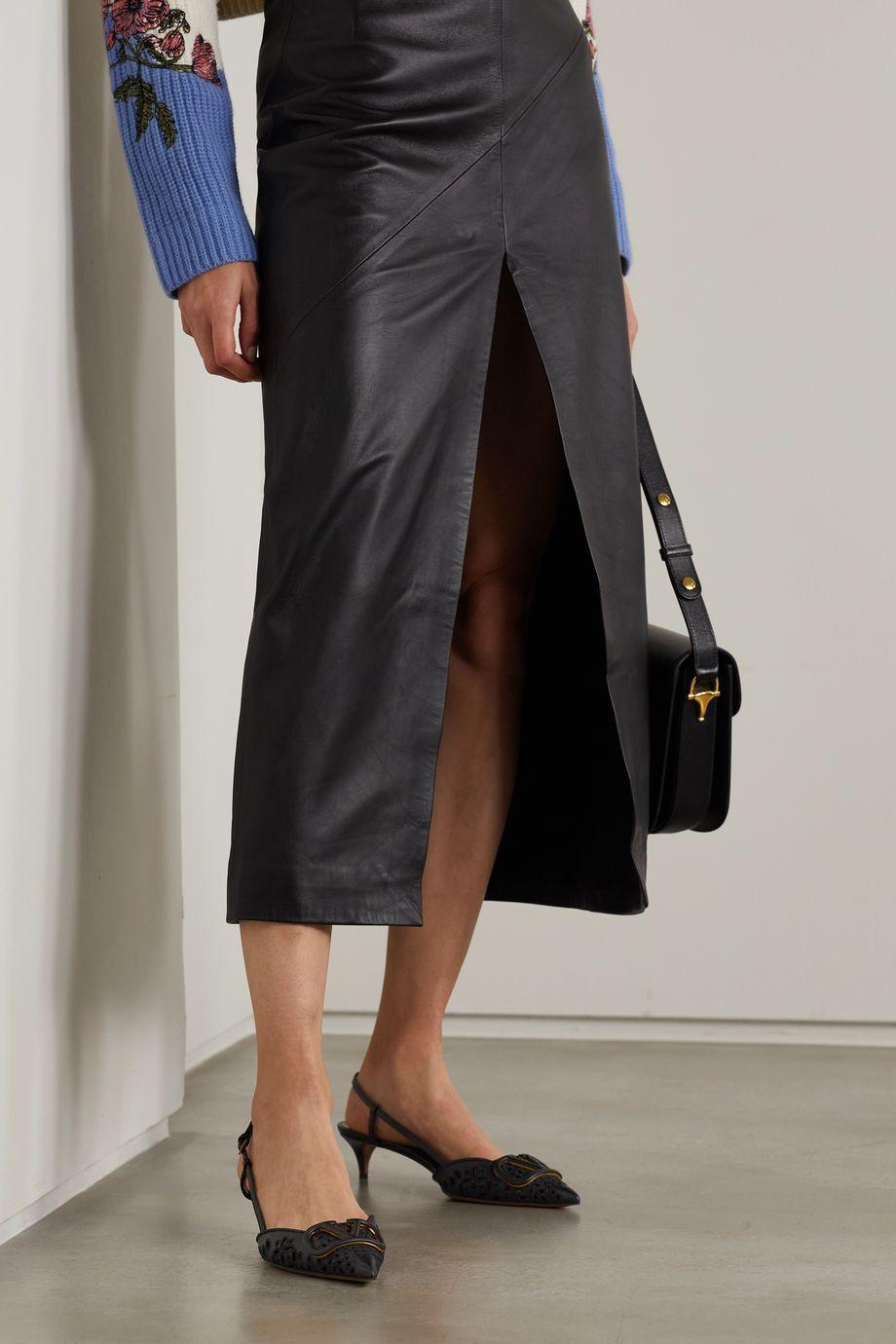 Valentino Escarpins à brides arrière en broderie anglaise de cuir à ornements Valentino Garavani Go Logo 40