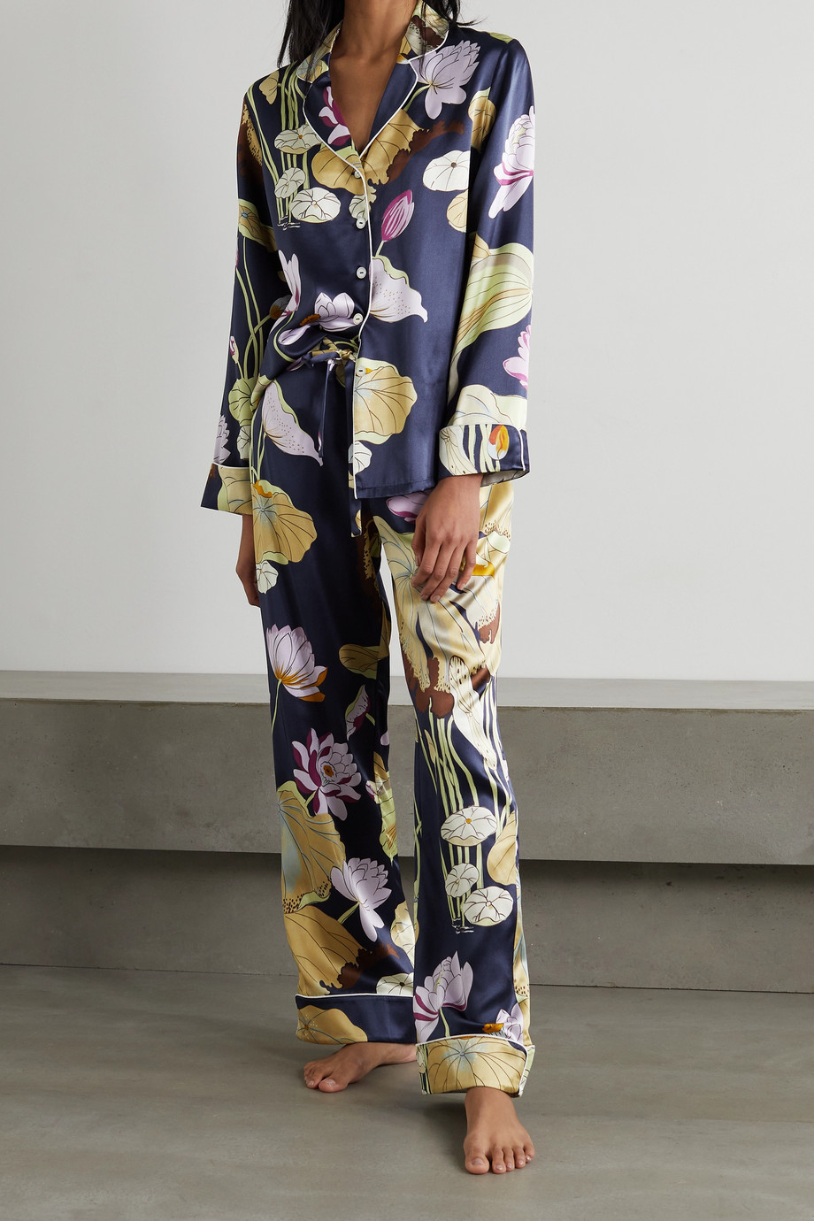 Olivia von Halle Lila Pyjama aus Seidensatin mit Blumenprint