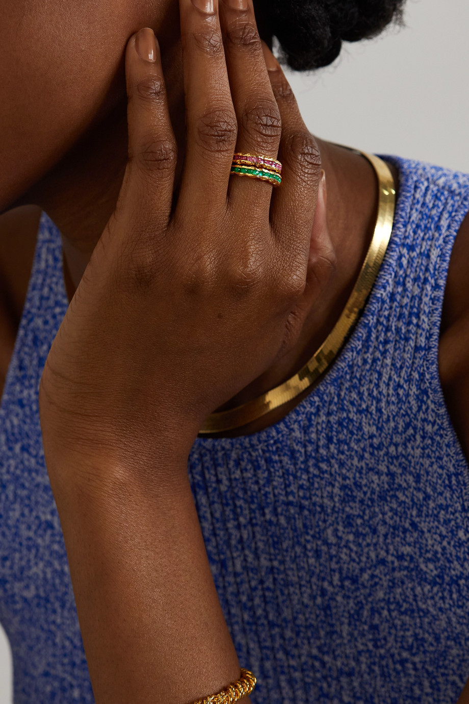 Pacharee Gehämmerter vergoldeter Ring mit Smaragden