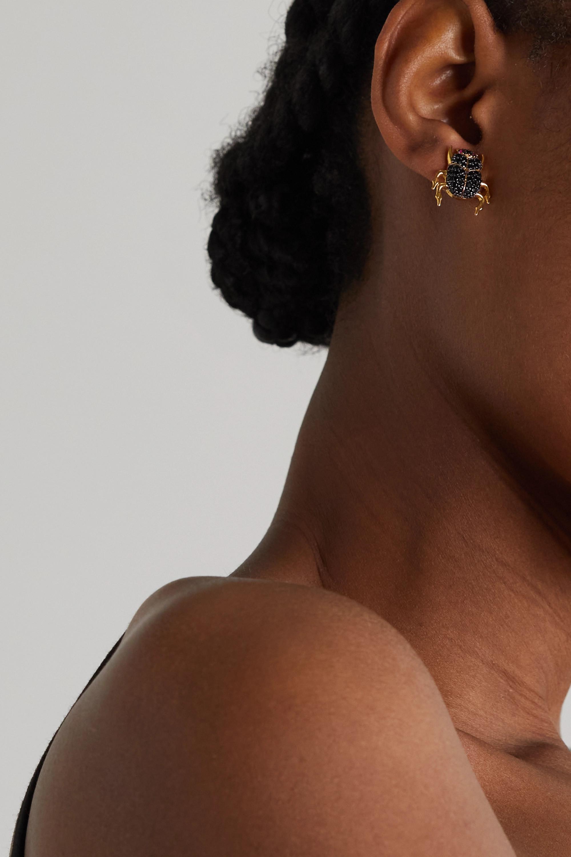 Begüm Khan Boucle d'oreille unique en plaqué or et cristaux Scarab