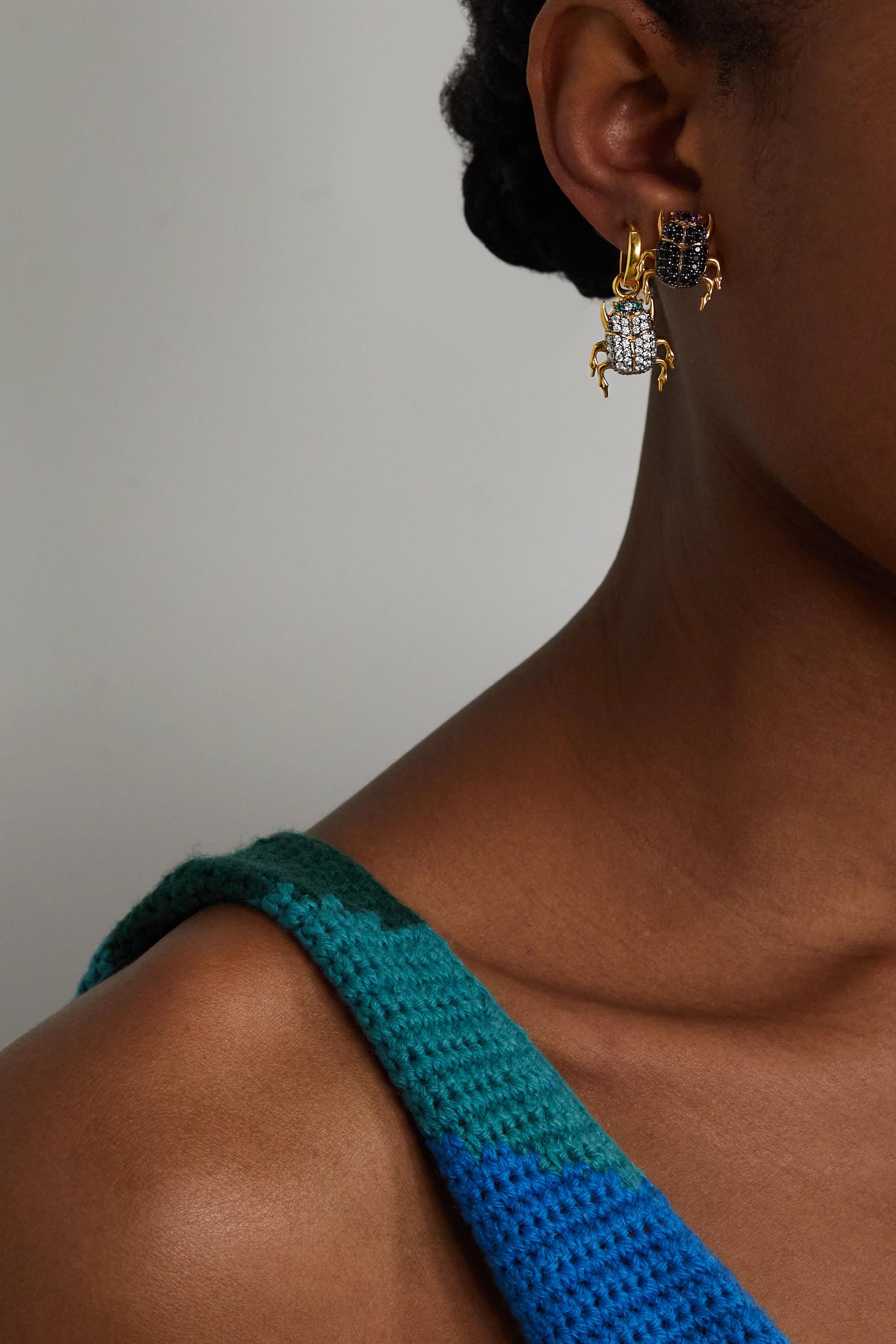 Begüm Khan Boucle d'oreille unique en plaqué or à cristaux Scarab