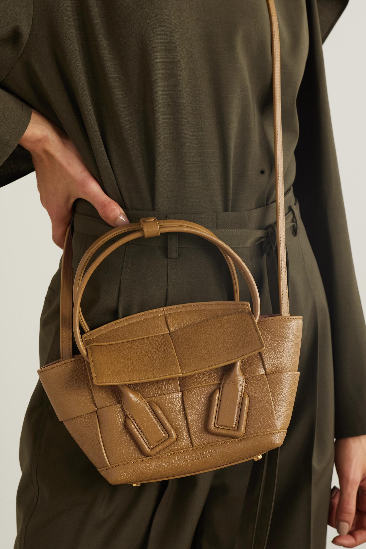Bottega Veneta Sac à main en cuir texturé intrecciato Arco Mini