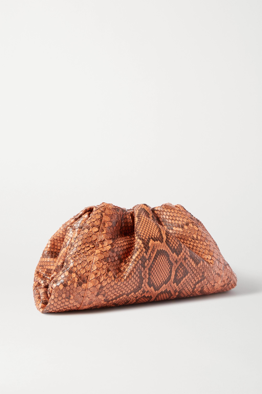 Bottega Veneta The Pouch große Clutch aus gerafftem Pythonleder
