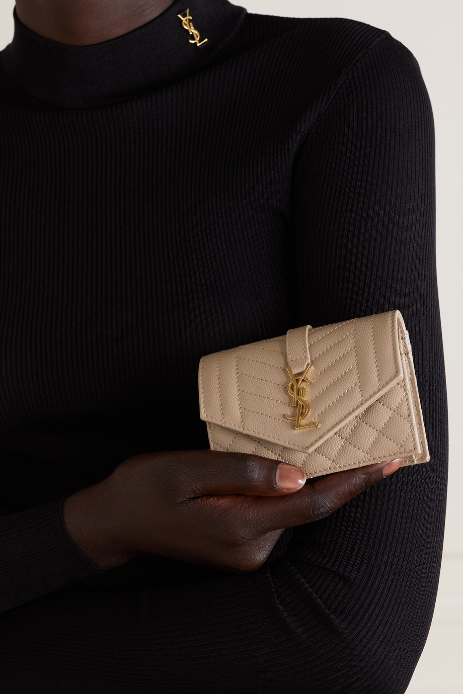 SAINT LAURENT Envelope Portemonnaie aus gestepptem strukturiertem Leder