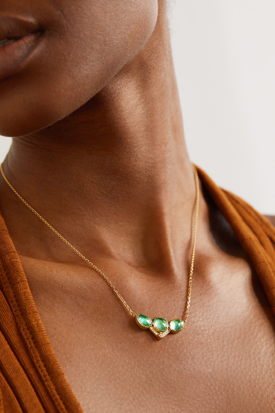 Brooke Gregson Orbit 3 Kette aus 18 Karat Gold mit Smaragden und Diamanten
