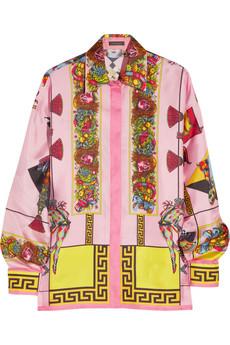 Розовая рубашка с узорами Versace.