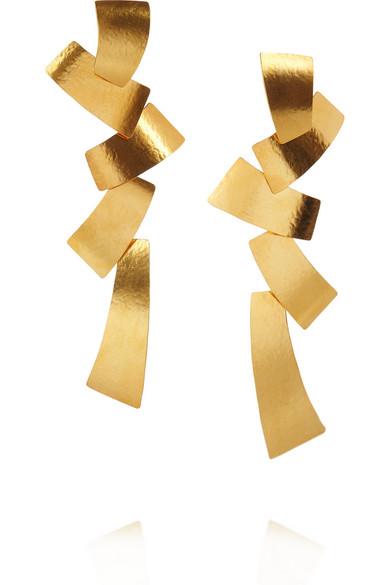 herv van der straeten hammered gold plated tiered clip earrings net a porter com. Black Bedroom Furniture Sets. Home Design Ideas