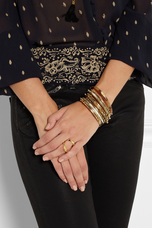 Ashley Pittman Shaba Set mit neun Armreifen aus Horn und goldfarbener Bronze