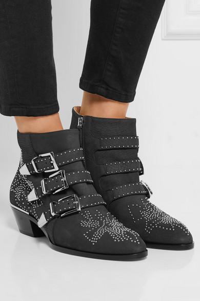chlo susanna ankle boots aus nubukleder mit nieten net a porter com. Black Bedroom Furniture Sets. Home Design Ideas