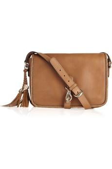 Коричневая сумка Gucci стоимостью 1 990.  Stuart Weitzman.
