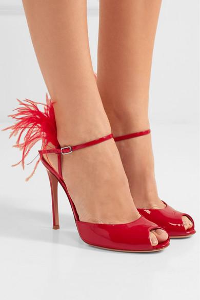 Gianvito Rossi 100 Sandalen aus Lackleder mit Federbesatz