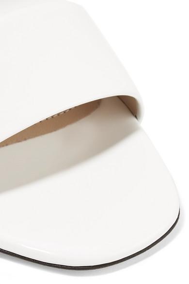 Paul Andrew Kogan Sandalen aus Glanzleder und plissiertem Satin