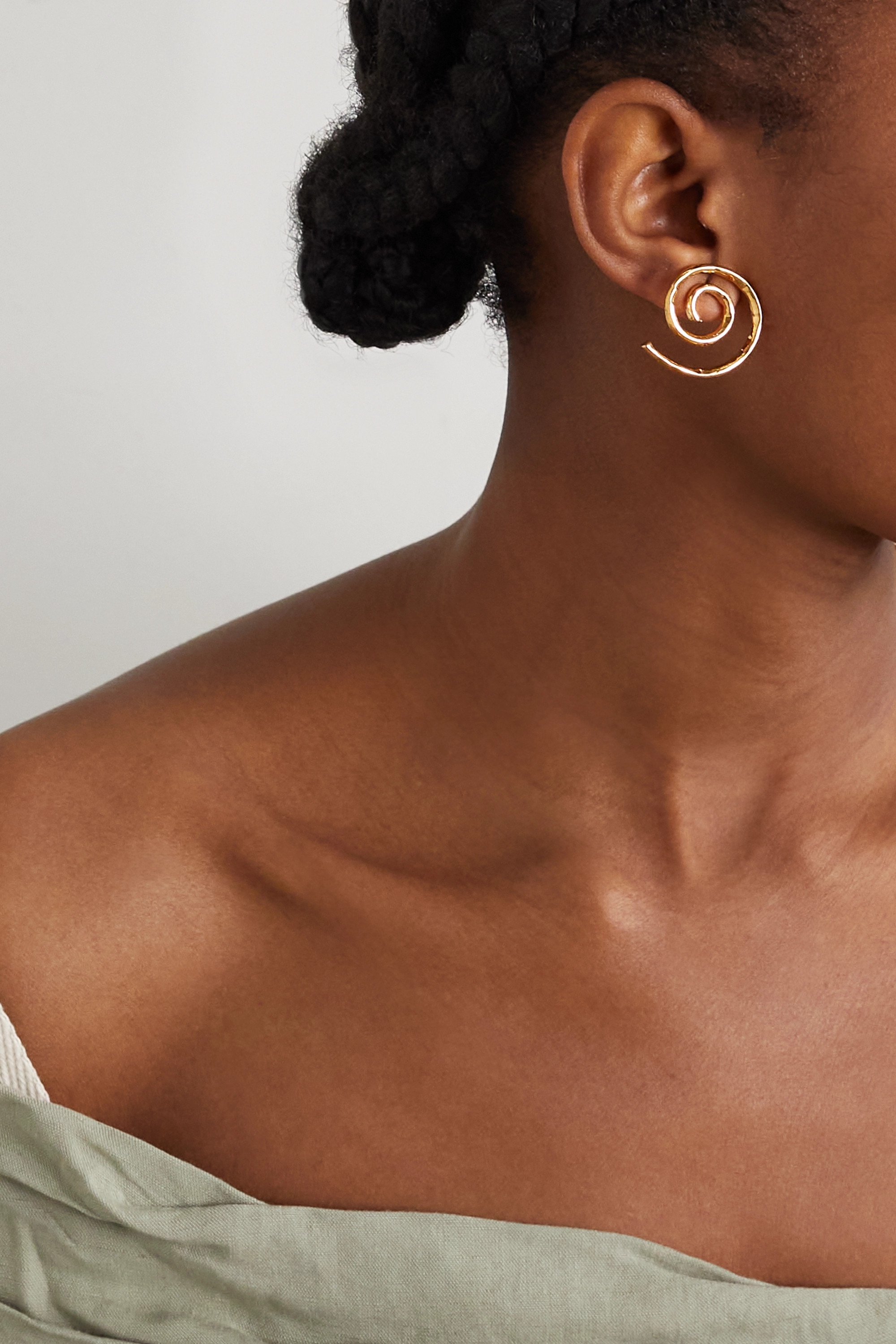 JACQUEMUS La Spirale hammered gold-tone earrings